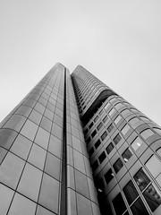 [15P52F13] (b-oern) Tags: modern cityscape frankfurt architektur sw bauwerk hochhaus wolkenkratzer blicknachoben