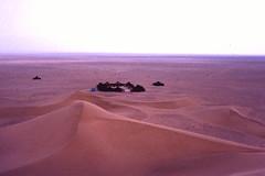 Maroc, diapo numérisée, printemps 2003: camp dans les dunes de Tinfou. (Marie-Hélène Cingal) Tags: morocco maroc المغرب diaponumérisée marsavril2003