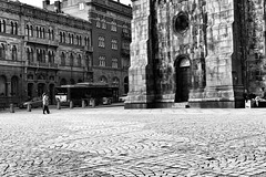 L1020350_v1 (Sigfrid Lundberg) Tags: people urban lund bus 35mm landscape skne sweden struktur cobblestones urbanlandscape domkyrka carlzeiss biogon kyrkogatan fotosondag biogont235 domkyrkoplatsen 35mmf20zmbiogon fs160508