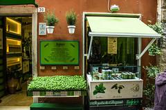 260416-LaGiara_083 (emanueleronchi) Tags: primavera liguria negozio vetrina portovenere vacanze basilico esterni
