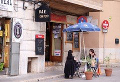 PALMA - CAN PETIT (Punxsutawneyphil) Tags: girls espaa bar table restaurant spain women europa europe break outdoor cigarette smoking spanish chicas pause tisch mallorca mujeres mesa spanien kneipe majorca baleares balearen frauen southerneurope zigarette rauchen balearicislands sdeuropa canpetit