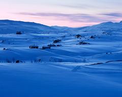 Riksgrnsen IV (Gustaf_E) Tags: house mountain snow berg norway landscape norge vinter sweden lappland sverige sn hus cabins landskap riksgrnsen fjll kvll stugor aposonnart2135