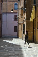 Venise (Corinne Queme) Tags: street venice shadow italy sun colors silhouette soleil quiet pavement couleurs ombre rue venise linge pavs tranquille
