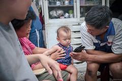 爺爺放音樂逗孫 (kivx) Tags: baby girl sony daughter za α7 ilce7 fe1635 sel1635z