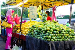 fruits trader (sydeen) Tags: travel food woman man green yellow shop closeup fruit asian thailand coast asia basket market sale traditional tent east business pack mango thai malaysia vendor trade selling seller kota mangos greengrocery buyer kelantan trader bharu