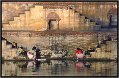 Symtrie -  Symmetry (diaph76) Tags: india water stairs eau steps lac laundry extrieur rajasthan udaipur femmes inde escaliers marches lessive