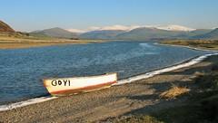 Broad Water, Tywyn. (Alan Hughes Mach) Tags: broadwater tywyn gwynedd eryri snowdonia cymru wales boat cwch dwr water snow eira mountain hill