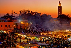 Marrakech / Marokko (_dreamseller_) Tags: red sky people lights evening leute sundown market dusk smoke crowd menschen morocco shops marrakech fujifilm marrakesh redsky 1855 markt fujinon marokko lichter abendrot marrakesch menschenmenge xf fna djemaaelfna djemaa xe1 fujifilmxe1 fujinonxf1855mm