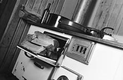 A. v. Schmid Haus (Harald Reichmann) Tags: film analog htte haus topf holz herd schssel flasche wein teekanne hohetauern suleck winterraum