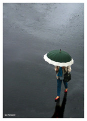 (Imati) Tags: calle lluvia mujer exterior invierno paraguas canoneos picado