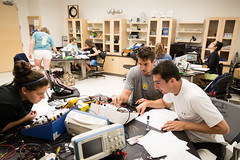 SRC0378 Physics Electronics Class 20150318 7858.jpg (Rollins College) Tags: science physics winterpark fl modernelectronics phdphotosscottcook electronicsclassatrollinscollegeinwinterpark electronicsclasswiththomasmoore flwiththomasmoore