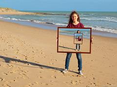 Ragazza in cornice incorniciata in una cornice - Frame in a frame in a frame (robmanf55) Tags: mare cielo ritratto ragazza cornice sabbia droste effettodroste dorseteffect ritrattoincorniciato