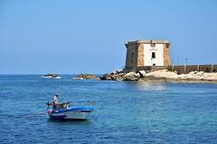Trapani / Torre di Lygny - Fisherman come back (Pantchoa) Tags: trapani sicile torredilygny tour mer mdierrane barque bateau pcheur eau bleu horizon nikon d7100 1685 cte rivage littoral