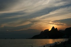 Pr do sol no Arpoador - Sunset at Arpoador (adelaidephotos) Tags: sunset sea summer brazil people sol praia beach rio brasil riodejaneiro mar pessoas gente sunny prdosol vero summertime tarde arpoador lateafternoon pedradagvea fimdetarde morrodoisirmos gavearock twobrothershill mariaadelaidesilva