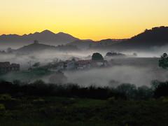 Puesta de sol con niebla (Rubn Daz Caviedes) Tags: sunset espaa sun mountain mountains sol clouds spain village cloudy pueblo nubes puestadesol niebla cantabria montaas fogg sanvicentedelabarquera santilln prellezo