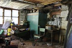 Quel che resta_DSC3058 (Bariom) Tags: indoor interno disordine officina abbandono abbandonata officinaofficina
