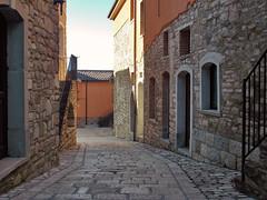 Corso Umberto (Antonio De Capua) Tags: earthquake alley ruins stones fortifications vicolo pietra middleages borgo medioevo rovine terremoto cintamuraria fortificazione definsivewalls