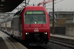 SLMNr 5380 : SBB Lokomotive Re 450 012 - 0 mit Taufname Schwamendingen ( Hersteller SLM Nr. 5380 - ABB => Inbetriebnahme 1989 ) mit ZVV - Zrcher S-Bahn Doppelstockzug am Bahnhof Lenzburg im Kanton Aargau der Schweiz (chrchr_75) Tags: chriguhurnibluemailch christoph hurni schweiz suisse switzerland svizzera suissa swiss chrchr chrchr75 chrigu chriguhurni mrz 2015 albumzzz201503mrz albumbahnenderschweiz albumbahnenderschweiz201516 schweizer bahnen eisenbahn bahn train treno zug albumsbblokomotivere450 re450 zvv dosto doppelstcker schweizerische bundesbahn bundesbahnen sbb cff ffs juna zoug trainen tog tren  lokomotive  locomotora lok lokomotiv locomotief locomotiva locomotive railway rautatie chemin de fer ferrovia  spoorweg  centralstation ferroviaria