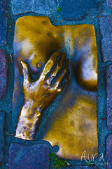 (YoSoyEntropia) Tags: street travel detalle holland photography photo foto hand arte bra mano holanda teta fotografia detalles dorado viajar suelo bronce sexi pecho