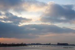 Verlaagde kribben (Joos foto's) Tags: zonsondergang wolken uiterwaarden waal rivier scheepvaart wamel binnenvaart containerschip ruimtevoorderivier kribverlaging