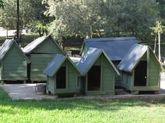 """Niches pour les chiens de rue dans un parc <a style=""""margin-left:10px; font-size:0.8em;"""" href=""""http://www.flickr.com/photos/83080376@N03/16641497903/"""" target=""""_blank"""">@flickr</a>"""