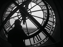 Time (alestaleiro) Tags: temp city bw man paris france clock mobile monocromo blackwhite call time telephone cellphone mobil montmartre sacrecoeur muse pinkfloyd reloj silueta homem orsay bianconero hombre homme silouhette tiempo thedarksideofthemoon musedorsay alestaleiro