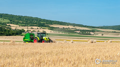 Claas Arion 640 + John Deere 592 (Nito43) Tags: claas arion 640 john deere 590 presse balle ronde balling roundballer auvergne limagne moisson harvest paille straw paysage landscape