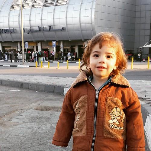 جنى وهى مسافر فى المطار