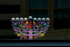 Veelkleurige Chanoekia (Roel Wijnants) Tags: roelwijnants roelwijnantsfotografie roel1943 chanoekia kandelaar negenarmige dechanoekia negenarmigekandelaar sjammes dienaarkaars talmoed menora chanoekafeest raam venterbank denhaag haagspraak hofstijl absolutelythehague joods religie kunstvoorwerp wandelvondst wandel vondst wandelen wandelvondsten mooidenhaag israel godsdienst jodendom joden