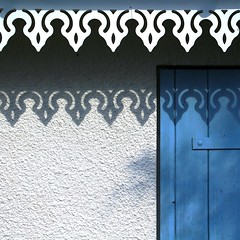 Quand les ombres... (Nadia L*) Tags: door blue white wall shadows bleu frise porte t mur blanc ombres chezgalle