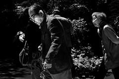 Face contre face (Dan Bouteiller) Tags: park old city people blackandwhite bw white black monochrome japan canon eos japanese 50mm mono tokyo blackwhite noir noiretblanc monochromatic 50mm14 nb 5d canon5d parc blanc japon ville japonais noirblanc nezu 5d2 5dmk2