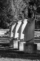 Moais en Saldaa (Jo March11) Tags: espaa blancoynegro canon monocromo spain escultura cabeza canoneos busto palencia castillalen moais saldaa monocromtico ieletxigerra eletxigerra