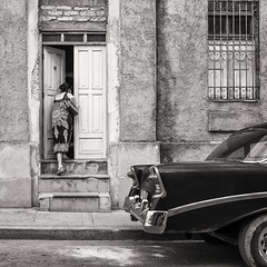 coming home (Gerard Koopen) Tags: life street door blackandwhite bw woman blancoynegro monochrome fuji cuba streetphotography fujifilm cominghome straat holguin straatfotografie oldclassiccar x100t gerardkoopen