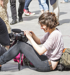 sitting ... (Henk Overbeeke Atelier54) Tags: street camera paris girl candid jeans photographing placedelarpublique