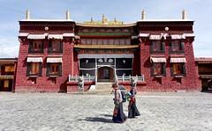 Dar Drongmoché monastery, Tibet 2015 (reurinkjan) Tags: tar sakya 2015 tibetautonomousregion ütsang བོད་ལྗོངས། tibetanplateauབོད་མཐོ་སྒང་bötogang tibetབོད buddhistསངས་རྒྱས་ཆོས་ལུགས་པ tibetanchildrenབོད་ཕྲུགbötruk buddhismསངས་རྒྱས་ཆོས་ལུགས།sangsrgyaschoslugs tibetannationalitytibetansབོད་རིགས།bodrigs sakyaparedhatས་སྐྱ་པ་saskyapa pilgrimགནས་བསྐོར་བ་nekorwaསྐོར་མིkormi tibetannationtibetanpeopleབོད་ཀྱི་མི་བརྒྱུདbökyimigyü pilgrimageགནས་བསྐོརnekor femalechildབུད་མེད་ཆུང་ངུbüméchungngu femalechildམོ་དབྱིསmoyi smallgirlམོ་བྱིསmoji ©janreurink onpilgrimageགནས་སྐོར་པnekorpa greatsacredplaceགནས་ཆེནnechen ༢༠༡༥་ lhartseལྷ་རྩེ།county chusharཆུ་ཤར། dardrongmochéའདར་གྲོང་མོ་ཆེ།monastery