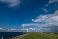 Windmolens op de IJsselmeerdijk