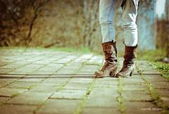 Hechas para caminar (Hayd Negro) Tags: naturaleza sol pose rboles chica negro sombra modelo universidad pies verano sb botas suelo piernas leioa hierva pantaln bbaa hayd haydnegro haydenegrocom