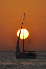 Velero en llamas (Kasabox) Tags: sol sun verano summer sunset puesta mar sea ibiza eivissa velero boat luz light