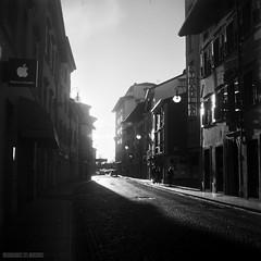 Via Poscolle - Udine (giacomarco1981) Tags: street city blackandwhite bw italy 6x6 tlr film mediumformat strada cityscape bn 120film analogphotography biancoenero città udine yashicamat124g friuliveneziagiulia medioformato kodak100tmax viaposcolle