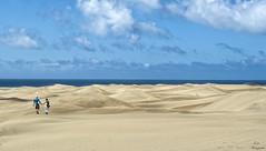 Un paseo por las dunas... (Leo ) Tags: grancanaria mar pareja arena cielo nubes dunas maspalomas