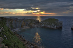 Atardecer en Somocuevas, Liencres,  Cantabria. (Miguel-Angel Lavin) Tags: paisajes nubes cielos atardeceres cantabria mares liencres paisajesmarinos costaquebrada nikond7100
