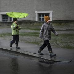 Umbrella (Julio Lpez Saguar) Tags: juliolpezsaguar salzburg salzburgo austria calle street lluvia rain urban urbano umbrella paraguas verde green nios child