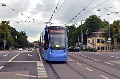 Avenio 2802 hat die Ludwig-Ferdinand-Brcke ber den Nymphenburger Schlosskanal berquert (Bild: Josef Baudrexl) (Frederik Buchleitner) Tags: 2802 avenio linie17 munich mnchen siemens strasenbahn streetcar twagen t1 tram trambahn