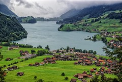 Un lugar tranquilo - Suiza (bervaz) Tags: mountain lake verde green clouds lago suiza sony valle nubes 18200 a100 montaas lungern 18200mmf3556 dslra100 sal18200