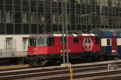 SBB Lokomotive Re 4/4 II 11213 bzw. Lion 420 213 - 1 ( Hersteller SLM Nr. 4775 - BBC - MFO - SAAS => Baujahr 1970 ) am Bahnhof Winterthur im Kanton Zrich der Schweiz (chrchr_75) Tags: chriguhurnibluemailch christoph hurni schweiz suisse switzerland svizzera suissa swiss chrchr chrchr75 chrigu chriguhurni 1503 mrz 2015 hurni150319 bahn eisenbahn schweizer bahnen train treno zug albumzzz201503mrz albumbahnenderschweiz albumbahnenderschweiz201516 albumsbbre44iiiii lok lokomotive sbb cff ffs schweizerische bundesbahn bundesbahnen re44 re 44 juna zoug trainen tog tren   locomotora lokomotiv locomotief locomotiva locomotive railway rautatie chemin de fer ferrovia  spoorweg  centralstation ferroviaria
