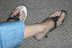 rosa013 (J.Saenz) Tags: feet foot pies fetichismo podolatras pieds mujer woman dedo toe pedicure nail ua polish esmalte pintada toenail zapatos shoes tacones heels tacos tacchi schuh scarpe shoefetish shoeplay mules slides slippers thongs sandals sandalias dangling pooping pantalones trausers vaqueros jeans tejanos denim lewis bluejeans