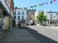 Chepstow, Town Gate (pefkosmad) Tags: chepstow monmouthshire wales town towngate building portwall architecture old outdoor history battlements gradeilistedbuilding medieval archway gate arch entrance