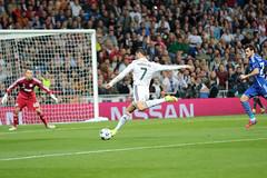 Ronaldo shoots wide vs. FC Schalke 04