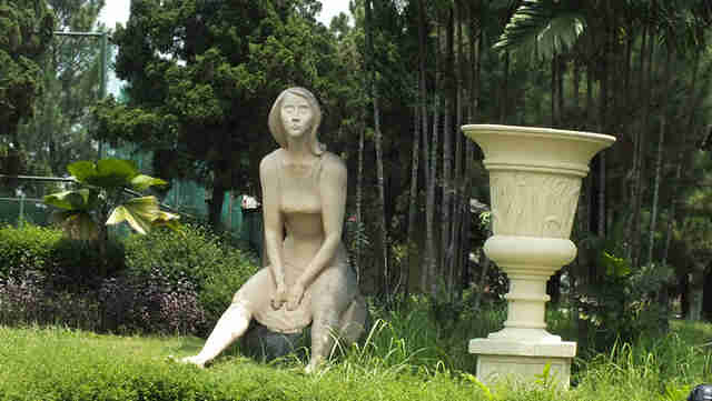 Patung wanita menunggu es krim