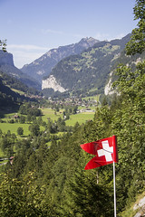 Trummelbachfalle - bandeira da Suica no primeiro plano com cidade ao fundo, montanhas e arvores (CartasemPortador) Tags: bern lauterbrunnen cachoeira quedas interlaken dgua trmmelbach trmmelbachflle